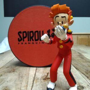 Fariboles – Spirou – Statuette en résine peinte à la main  – ex. numéroté 535/2000 – Miniature de Fantasio dans la main de Spirou – Auteur Pascal Rodier Sculpteur – Sortie 2002 –